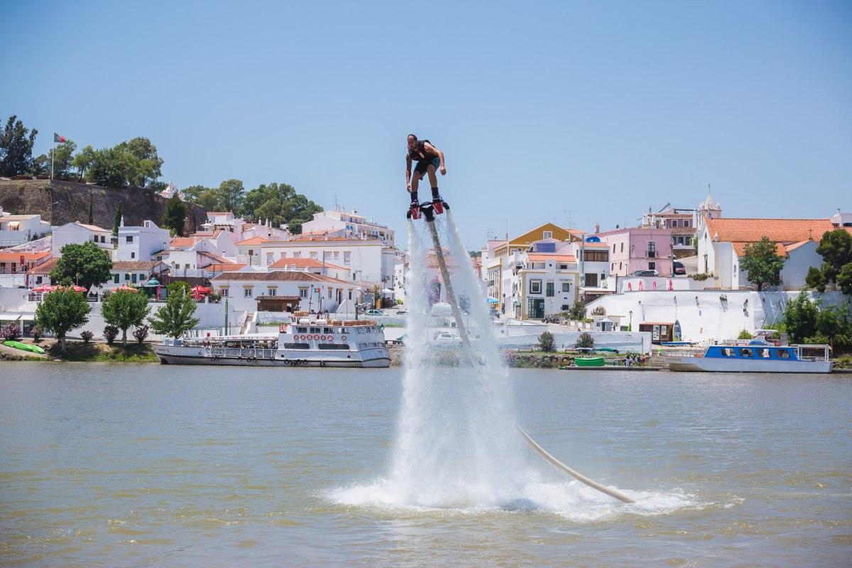 Al montarse en el 'flyboard' bastan cinco minutos para domar estas botas movidas por agua a presión.