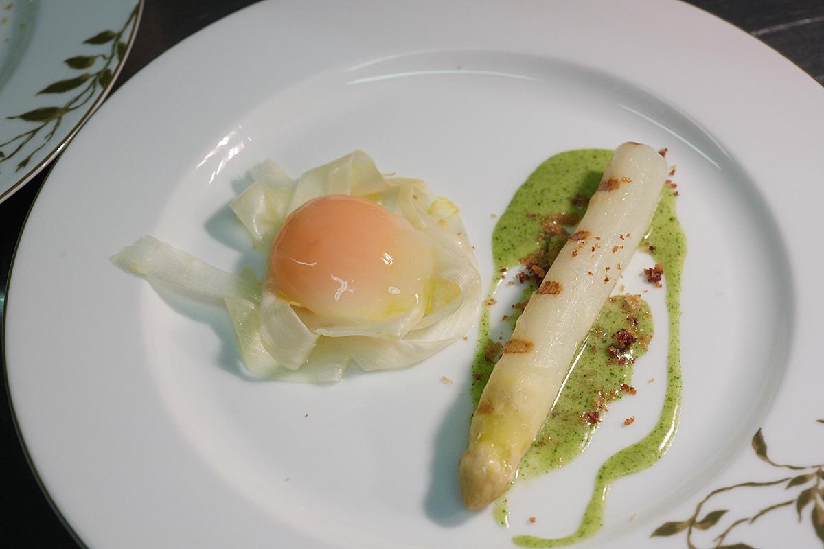 Espárrago blanco de Gavà con migas de jamón y huevo de corral.