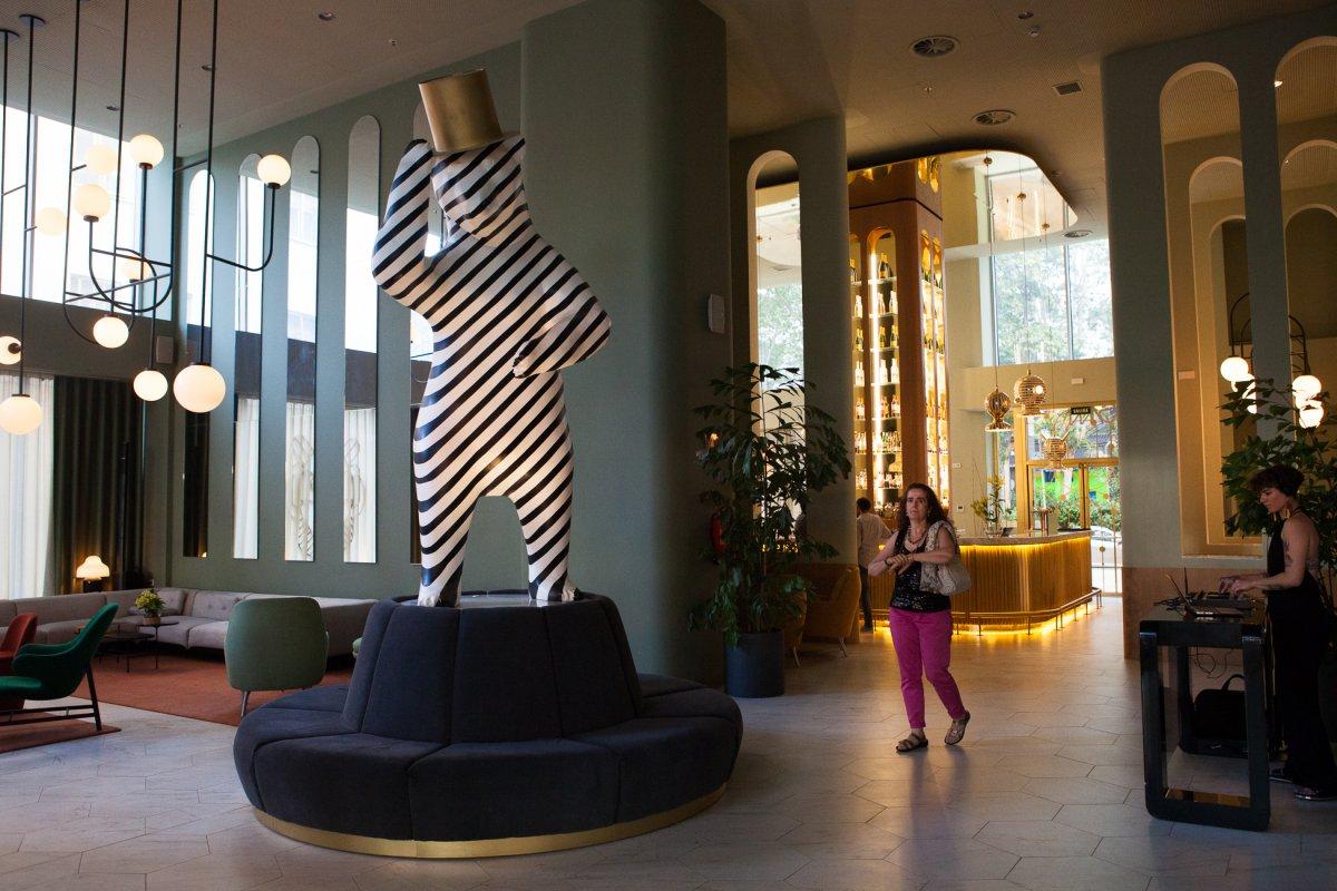 El oso que preside el 'hall' fue diseñado por Jaime Hayón.
