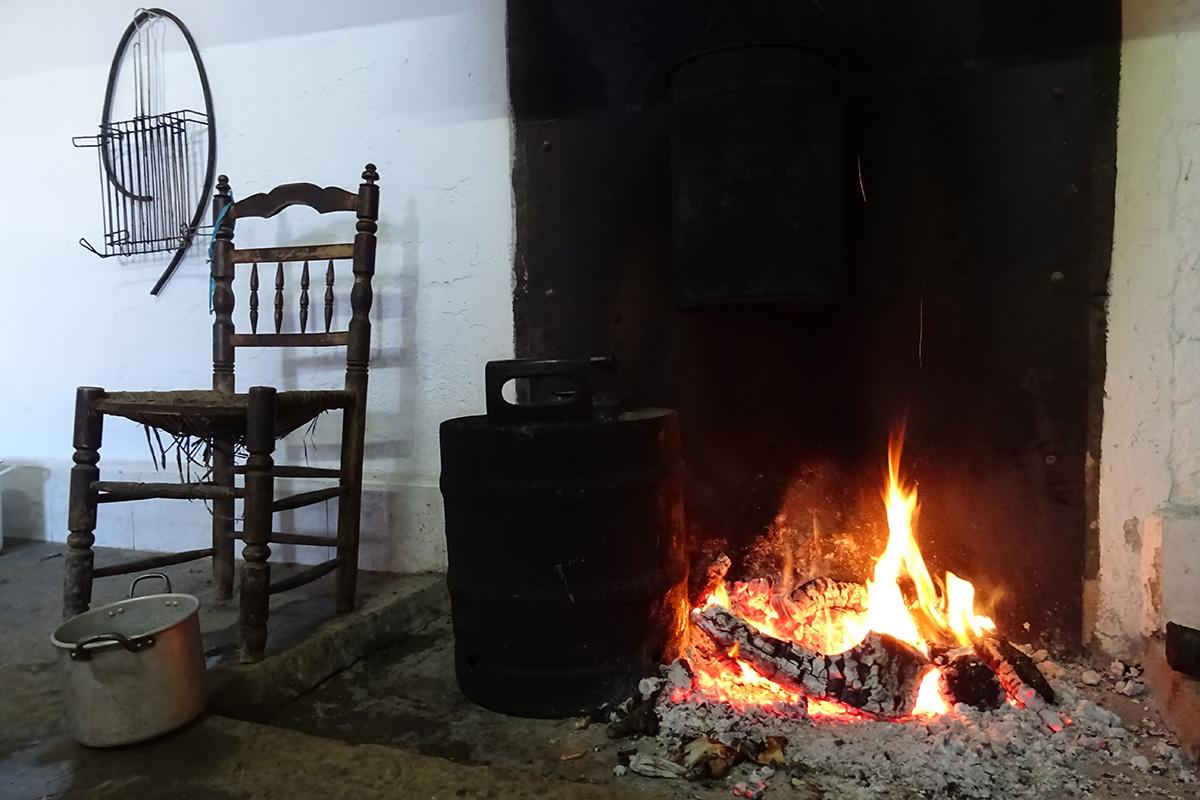 El fuego encendido con las cubas de agua preparadas para la matanza del cerdo ibérico en la comarca de los Barros (Badajoz).