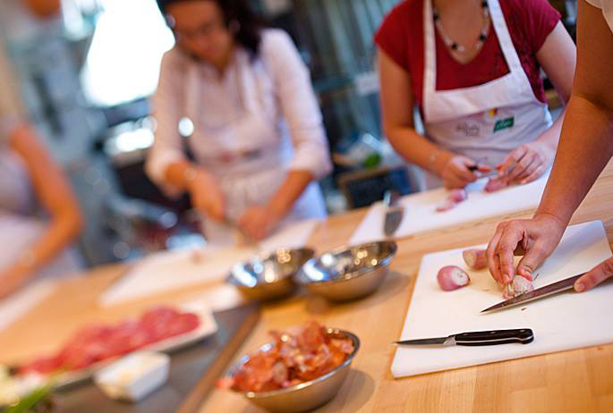 En las cocinas de Ambassade, las manos se afanan en hacer magia. Foto: Facebook