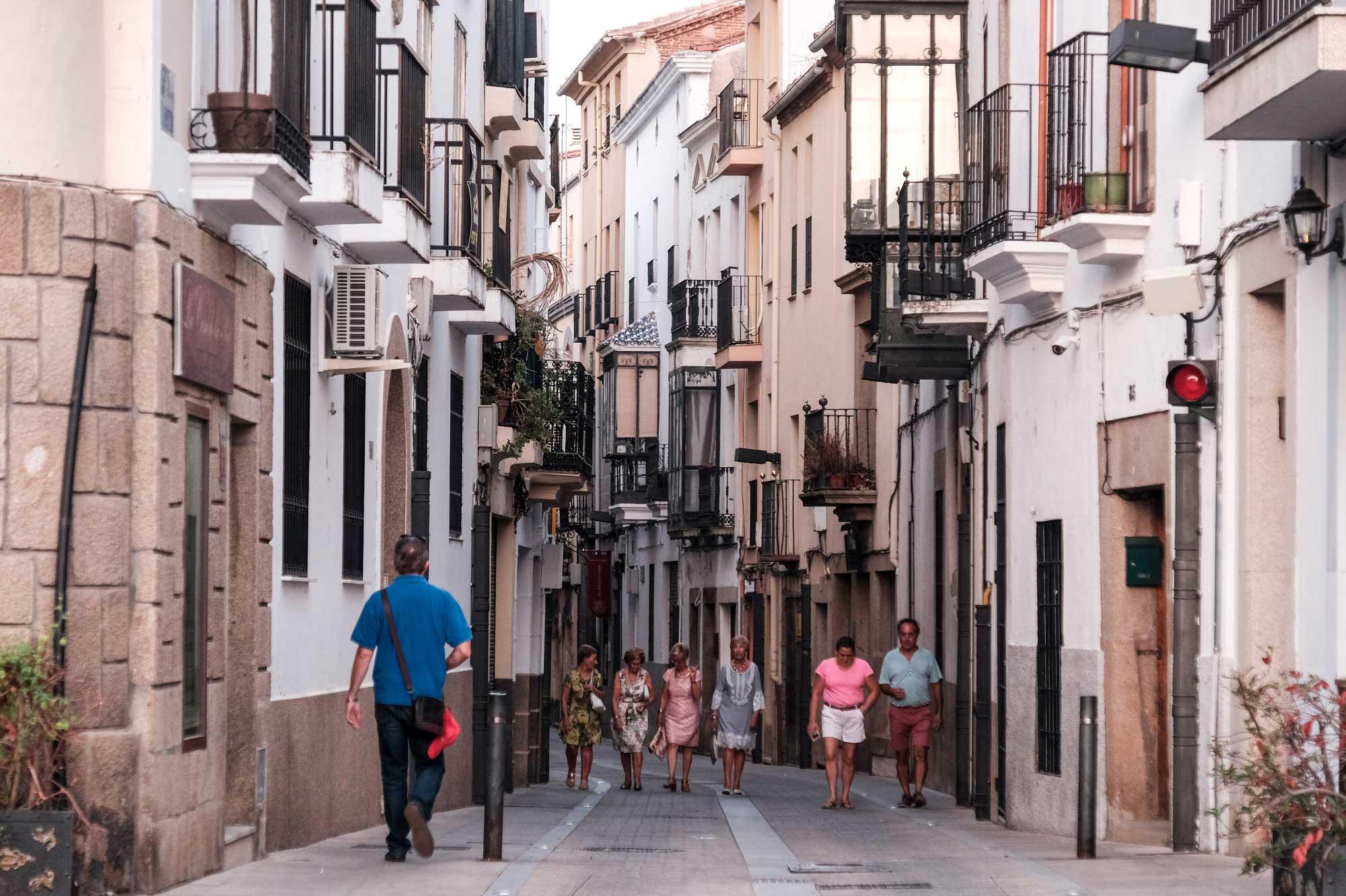 La tradición comercial placentina se extiende a las calles aledañas a la Plaza Mayor.