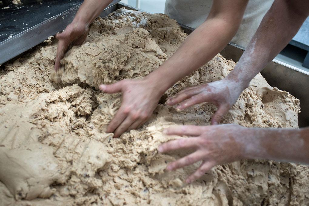 La masa del clásico polvorón lleva harina, almendras, manteca de cerdo y azúcar.