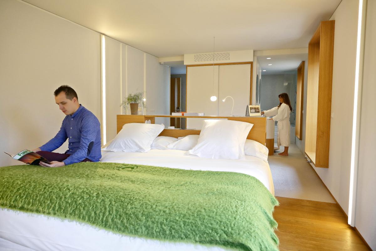 Hotel Echaurren. Cama y aseo de la habitación.