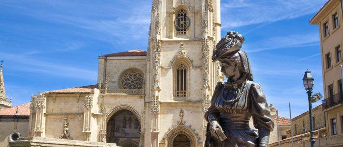 Estatua La Regenta con la catedral detrás.