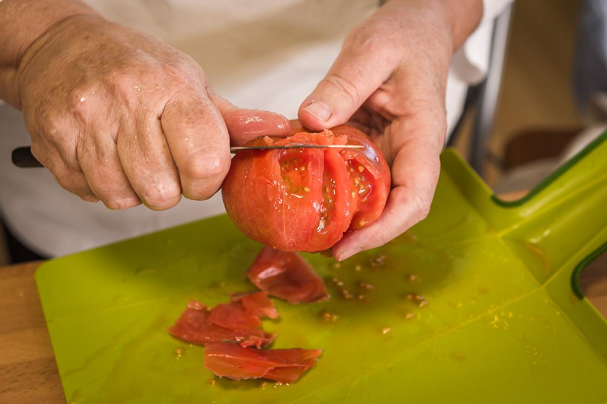 Limpiar los tomates, pelarlos y cortarlos en mitades por el ecuador si son redondeados.