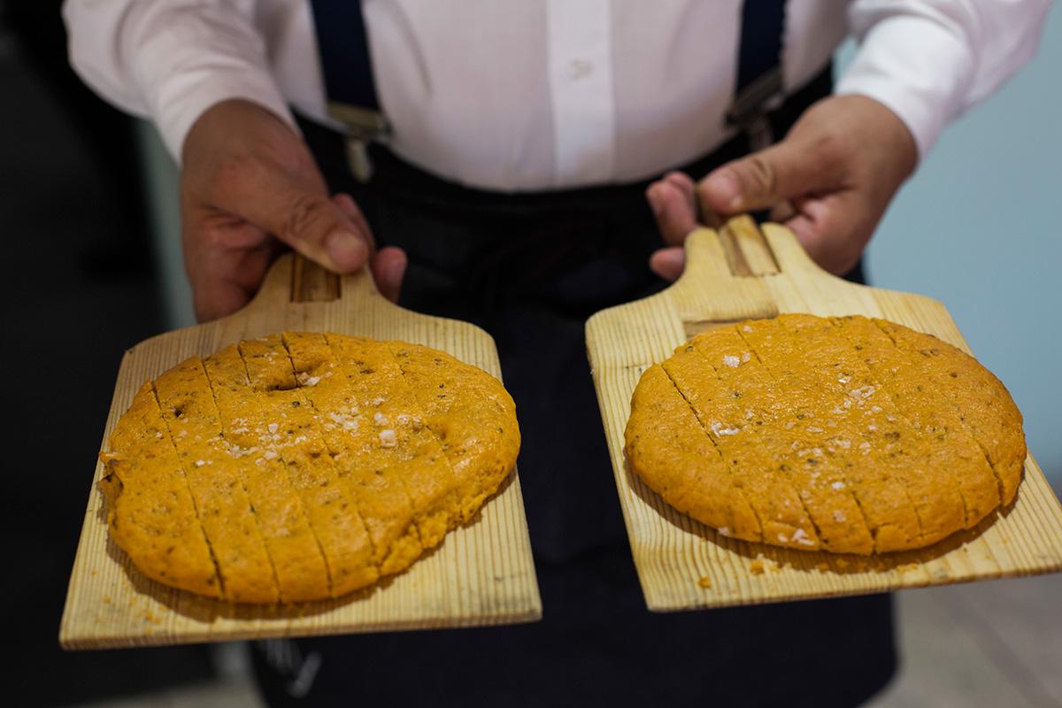 En el restaurante se hace pan todos los días.