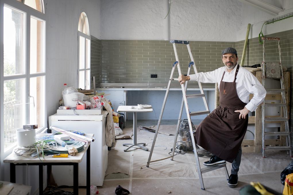 Jesús en el luminoso horno de la panadería, todavía en obras, y que abrirá en mayo al público.