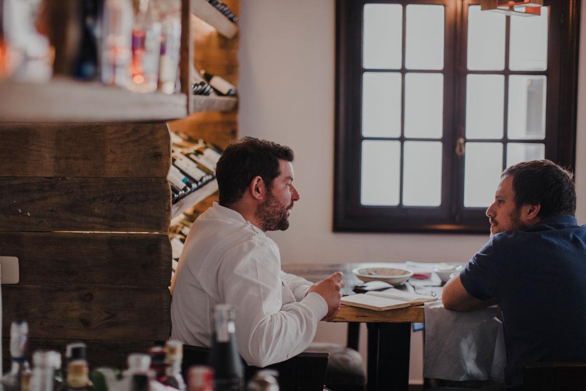 Carlos, el artífice de este proyecto, charla tranquilamente con uno de sus compañeros.
