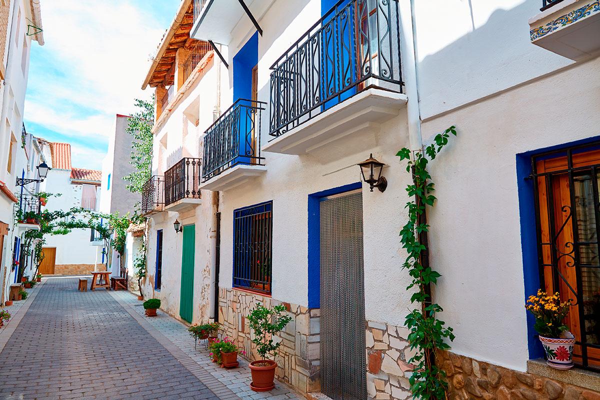 Las coloridas calles del pueblo invintan a pasear por ellas. Foto: Shutterstock.