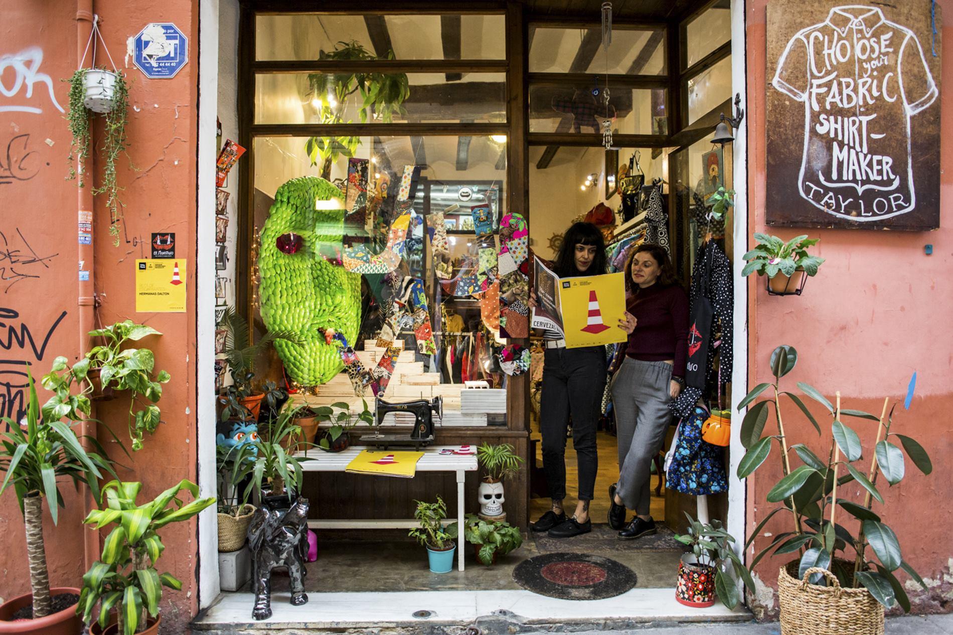 Cada vez más comerciantes valencianos se unen a Intramurs en la intervención de sus escaparates.