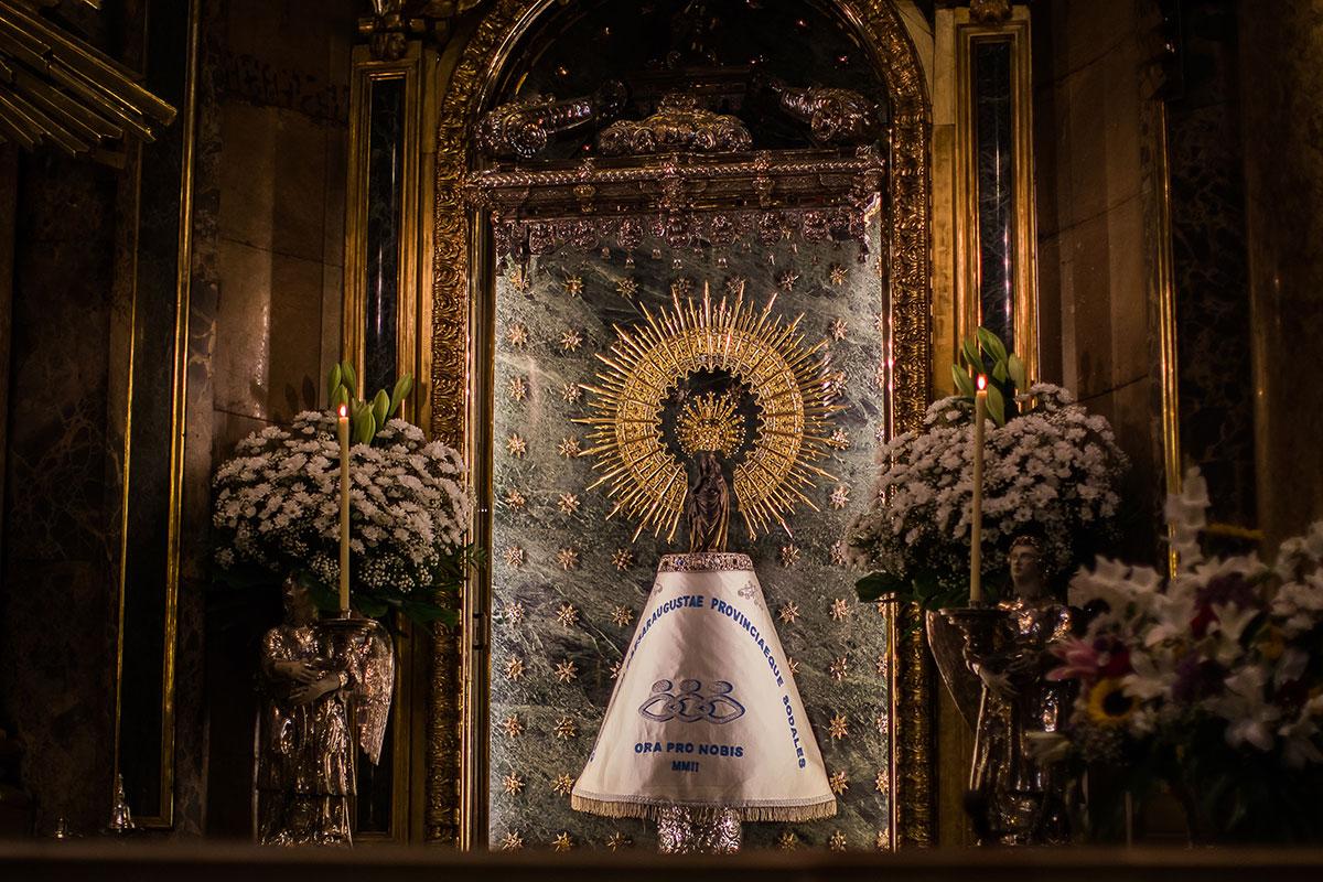 El manto de la Virgen del Pilar se cambia con regularidad.