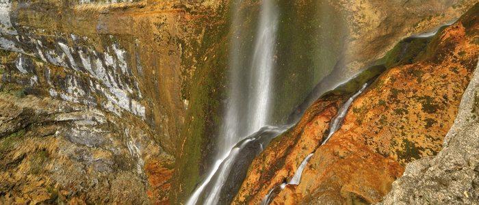 Cascada del nacimiento del río Mundo.