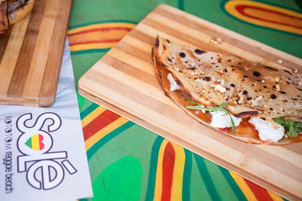 'Crepes' dulces y salados, hamburgesas con opción vegana, hummus, guacamole... y productos de su propio huerto.
