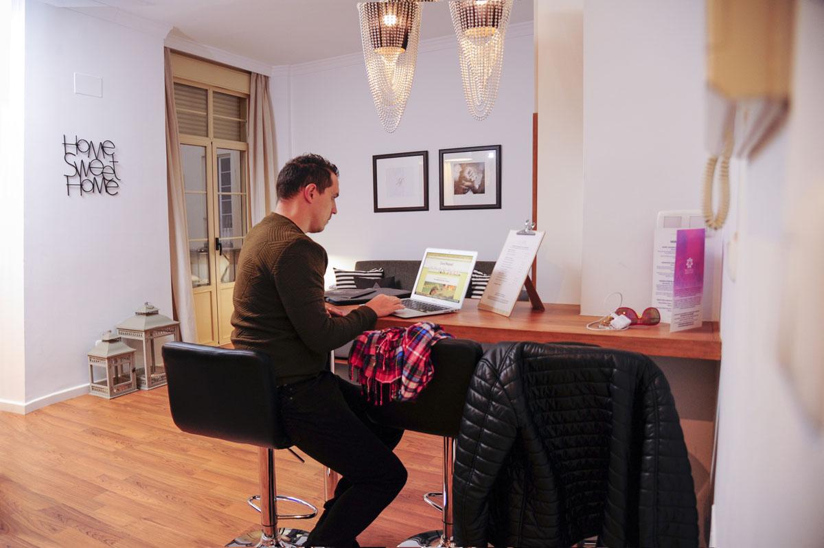 Los apartamentos cuentan con Wifi y todas las comodidades para trabajar.