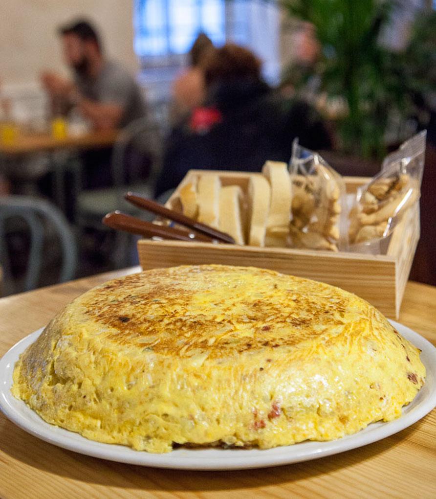 Una tortilla 'gallega' de dos kilos, en la barra del 'Bar Apolo'. Foto: Alberto Criado