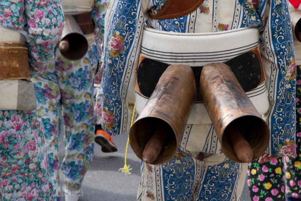 Los cencerros ponen banda sonora a la festividad. Foto: Ana Aldea.