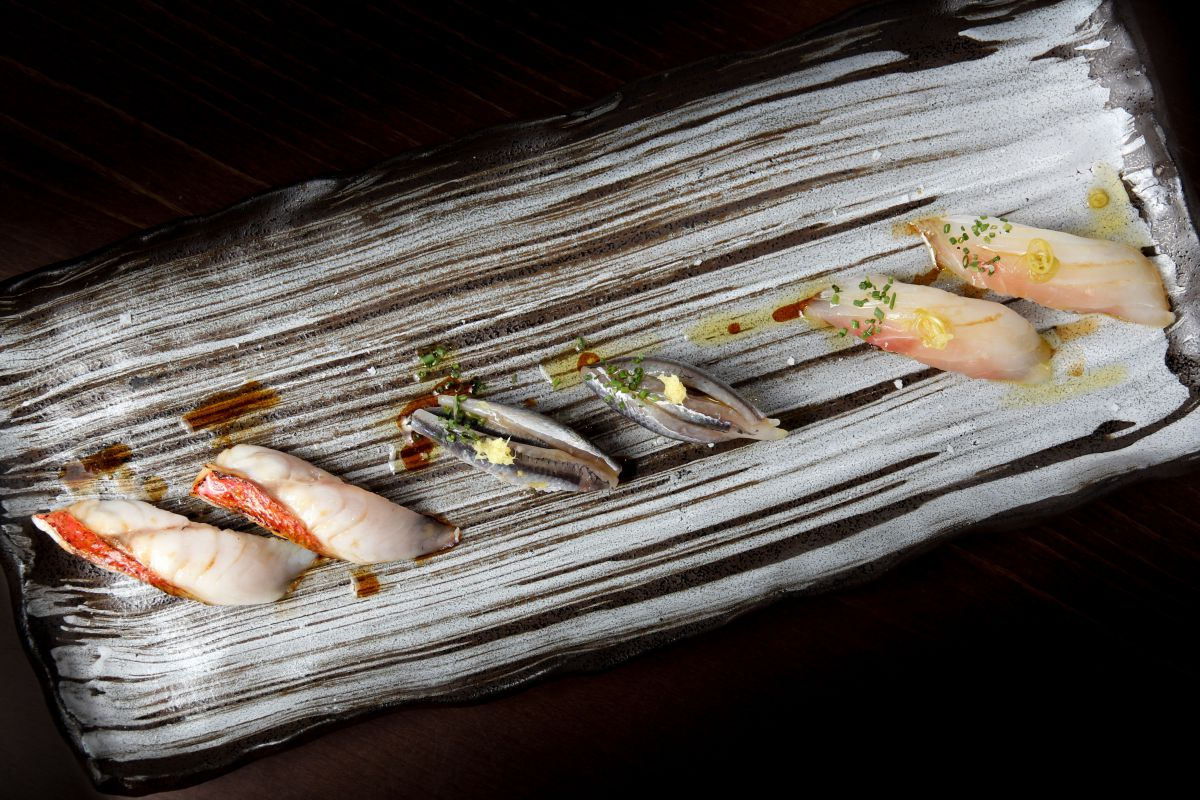 Tabla con su trilogía euskaldún, a base de urta, anchoa y salmonete.