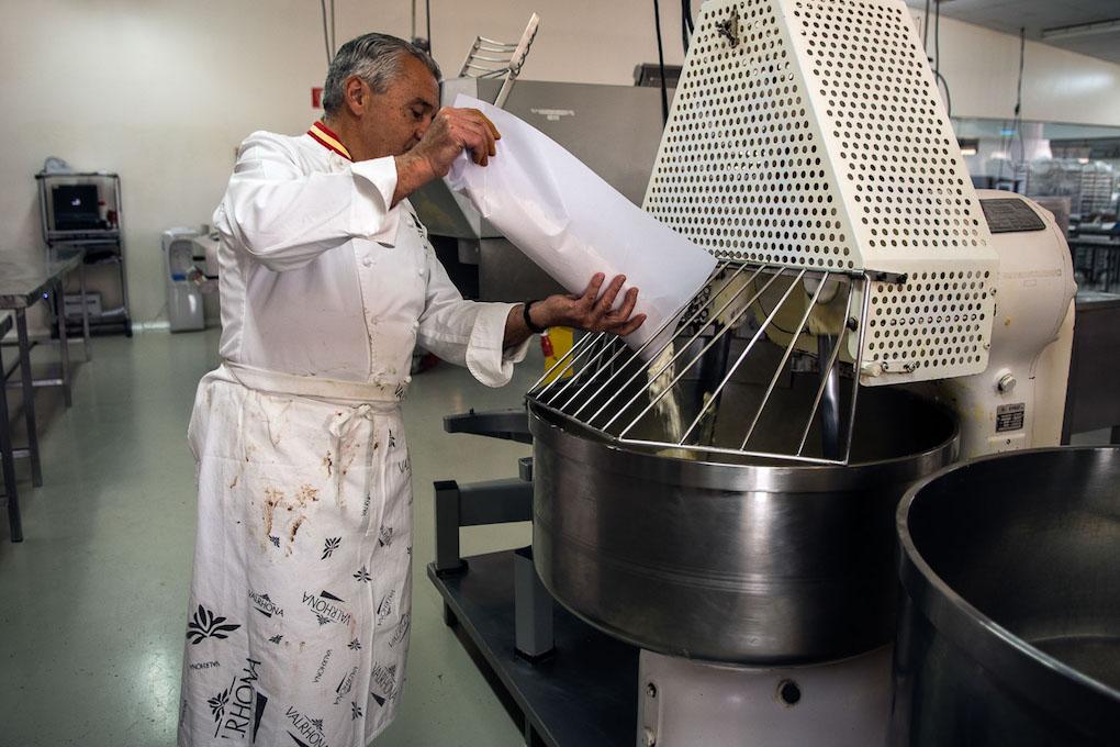 Paco Torreblanca echa la harina italiana molina en molino de piedra, el único ingrediente que no es nacional, en la amasadora.