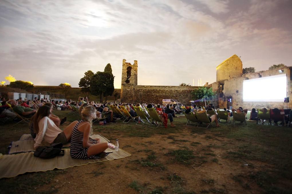 El Cinema a la Fresca (Ciutadella de Roses, Girona) se celebra en un paraje espectacular