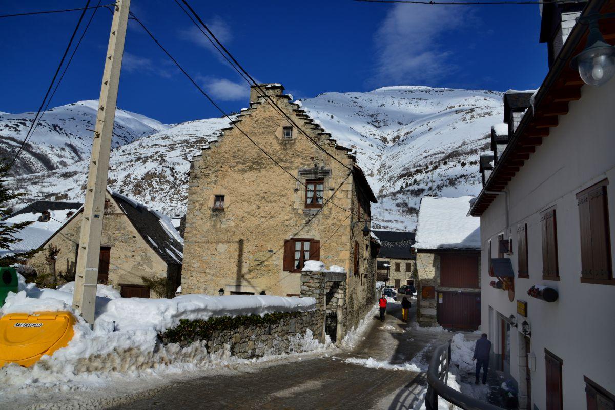 Salardú, en el valle de Arán, un pueblo de montaña que es un catálogo del románico. Foto: Alfredo Merino.