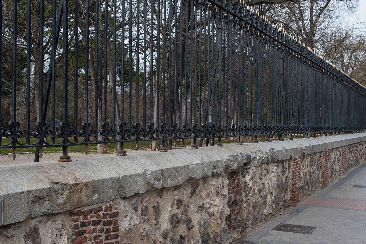 El muro que recuerda los disparos de alguna guerra.
