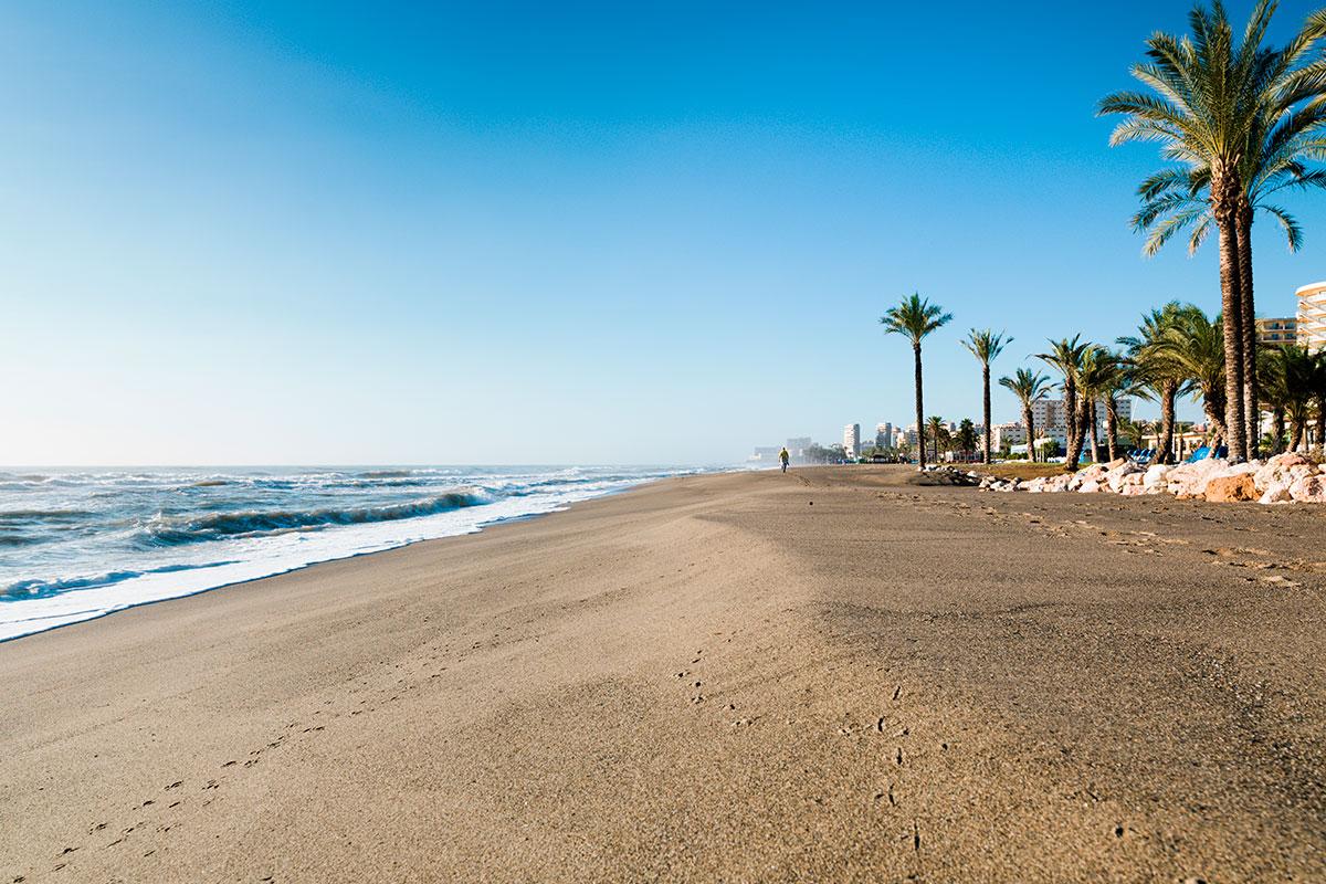 La playa Los Álamos es la más alejada del centro urbano de Torremolinos. Foto: Shutterstock