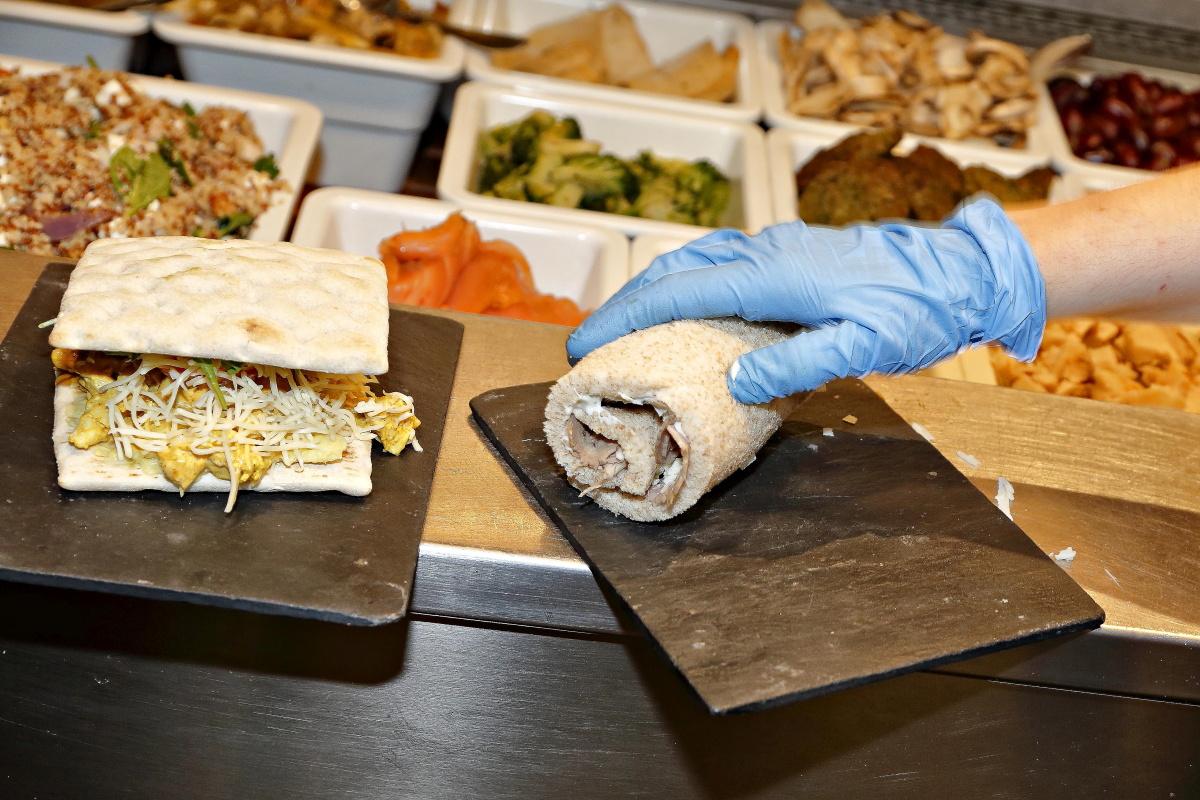 Preparando los sándwiches que se sirven en uno de los locales de 'Magasand', Madrid.