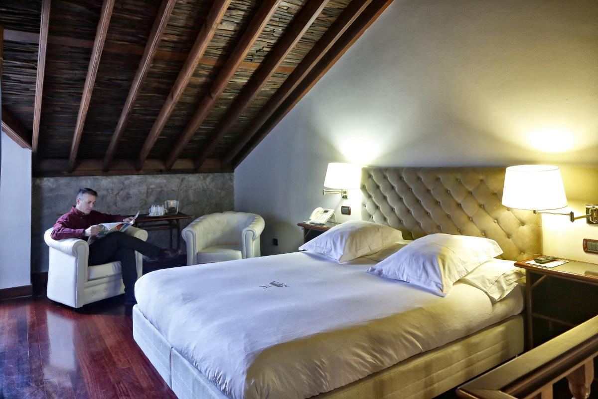 Las suites de doble altura conservan el estilo y decoración colonial.