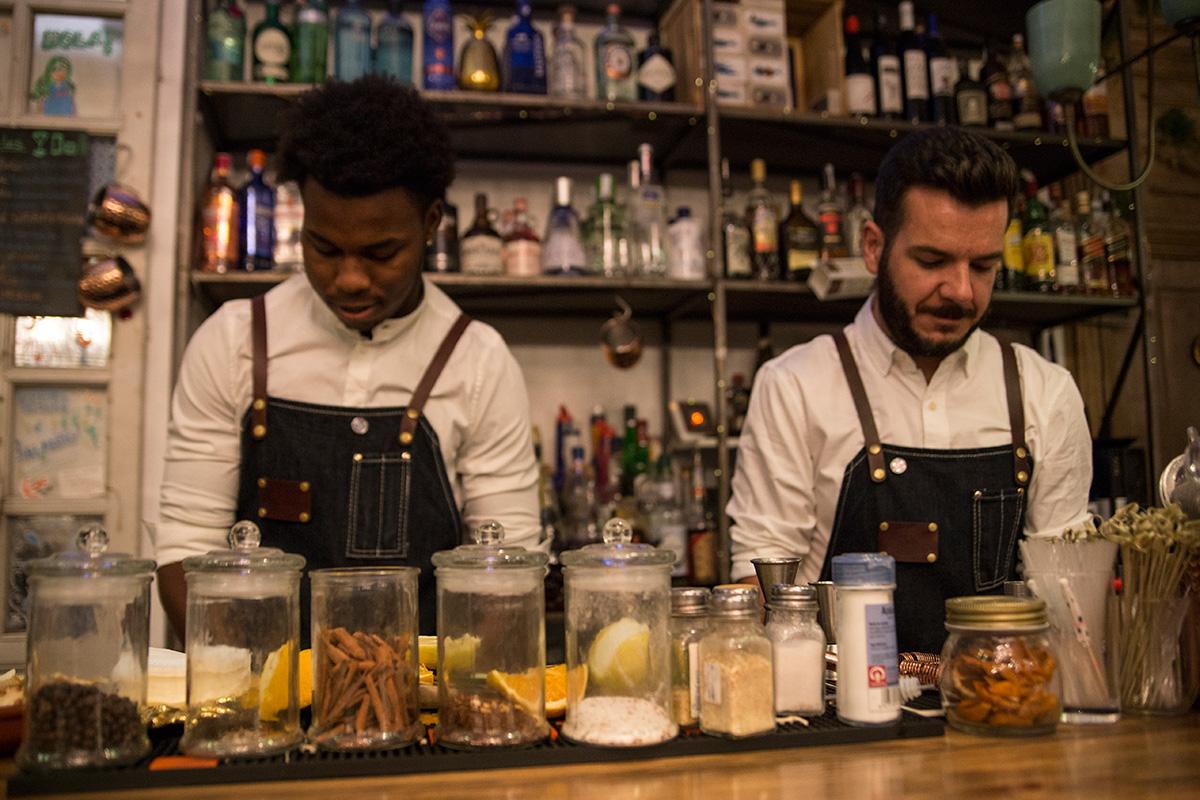 Los camareros de 'Él vino en un barco', Jason y Josete.