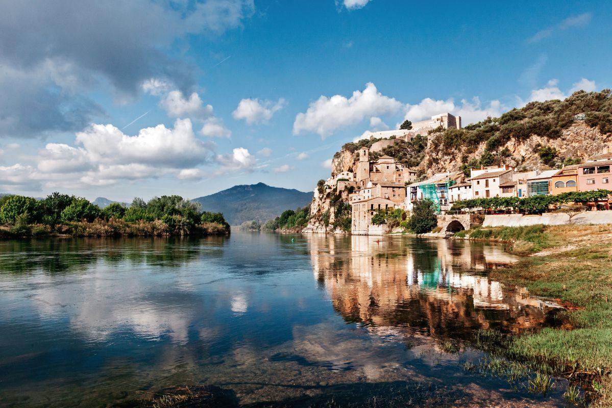 Miravet reflejado en el río Ebro, en Tarragona. Foto: Flaminia Pelazzi
