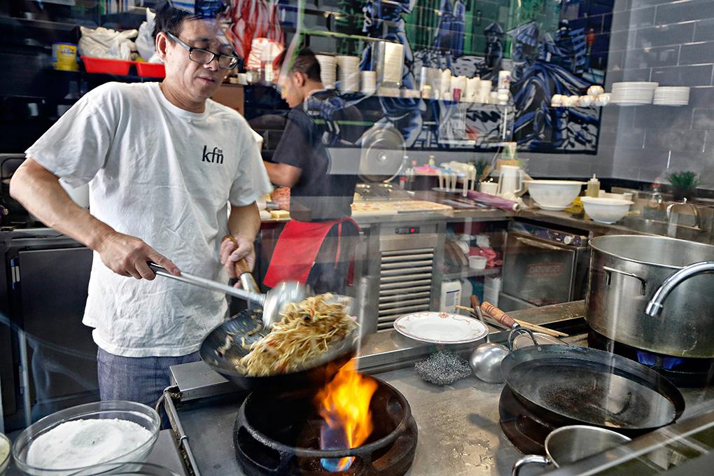 Puedes ver al chef cocinando a través de un cristal.