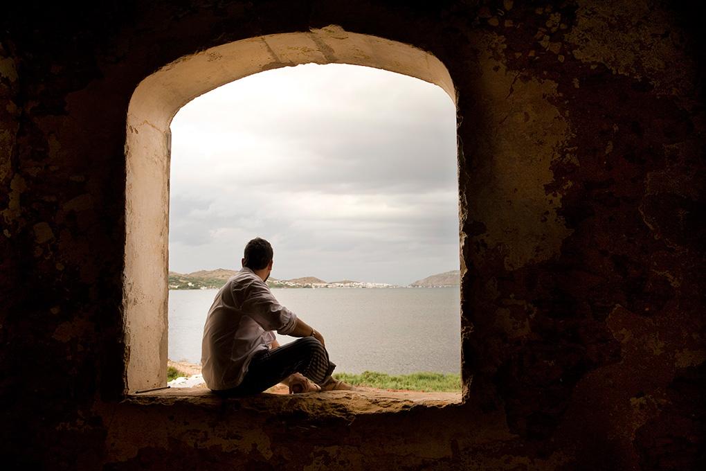 David frente a la Bahía de Fornells.