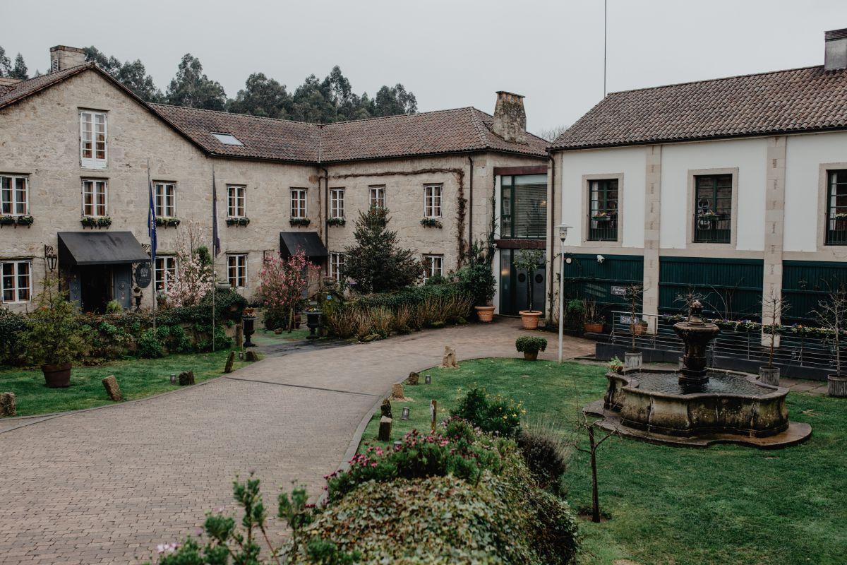 La entrada a 'A Quinta da Auga. Uno de los laterales se añadieron durante la reforma y alberga el restaurante.