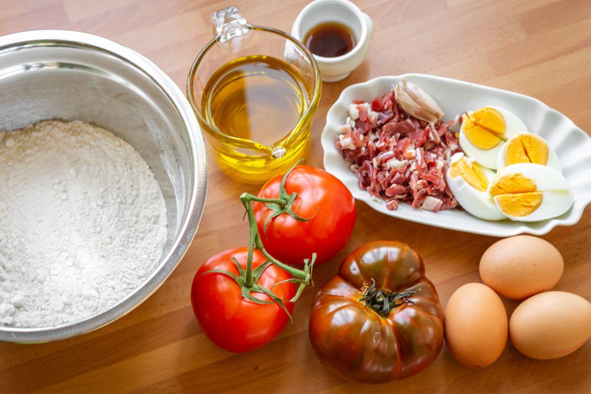 Ingredientes del bizcocho de salmorejo con jamón y huevo.