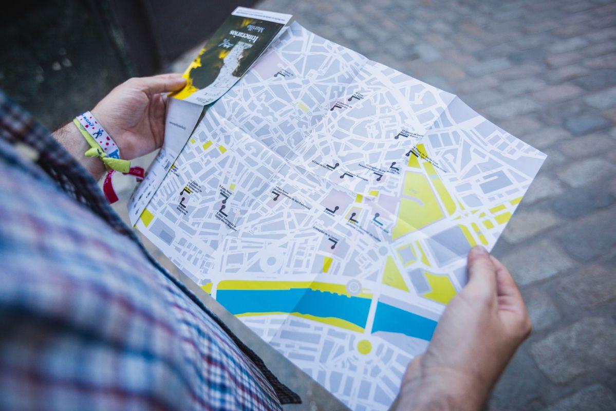 Un visitante consultando el mapa de los itinerarios de Murillo por Sevilla.