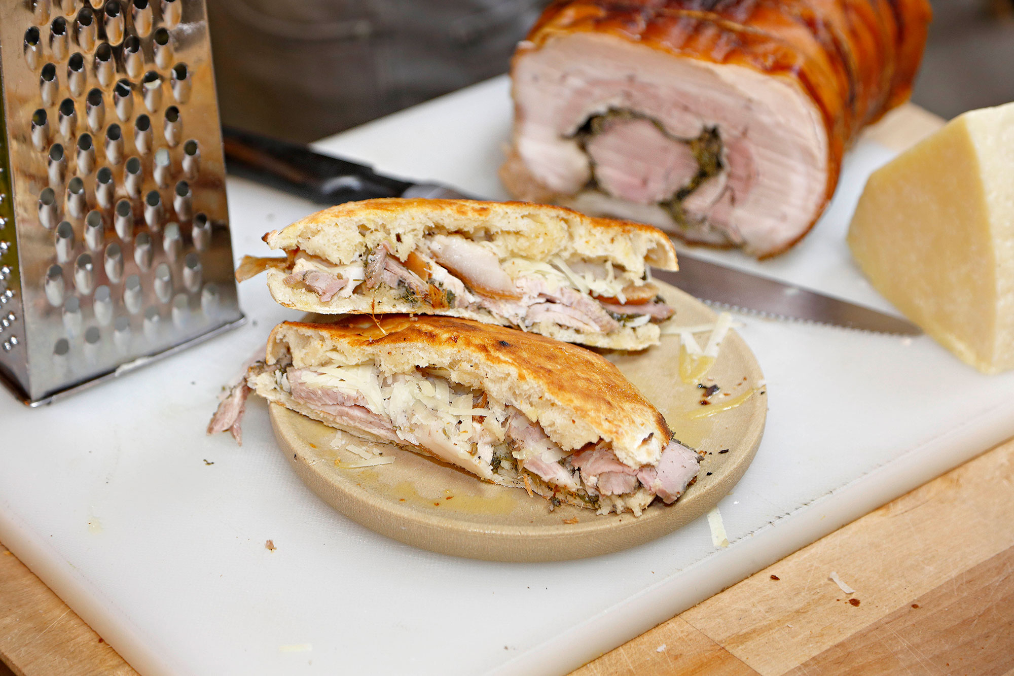 Aquí la 'porchetta' se toma en ración, en 'pucia' (un bocadillo de pan crujiente que asan aquí mismo) o en 'bruschetta'.