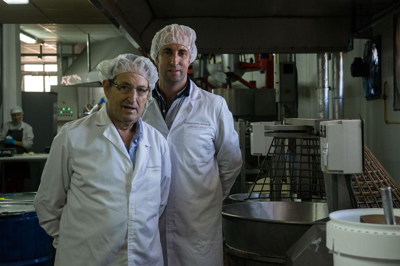Ricardo Coloma, padre e hijo, en su fábrica familiar.