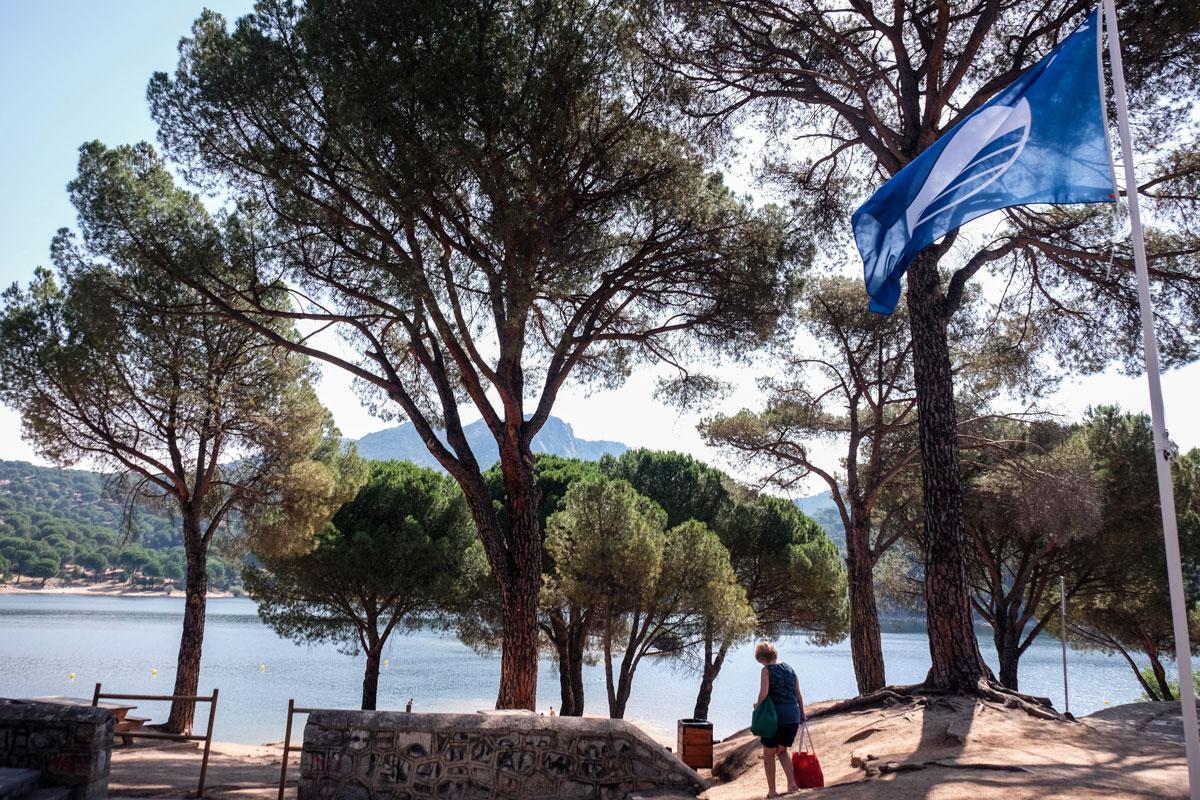 La bandera azul luce orgullosa en la Playa Virgen de la Nueva del embalse.