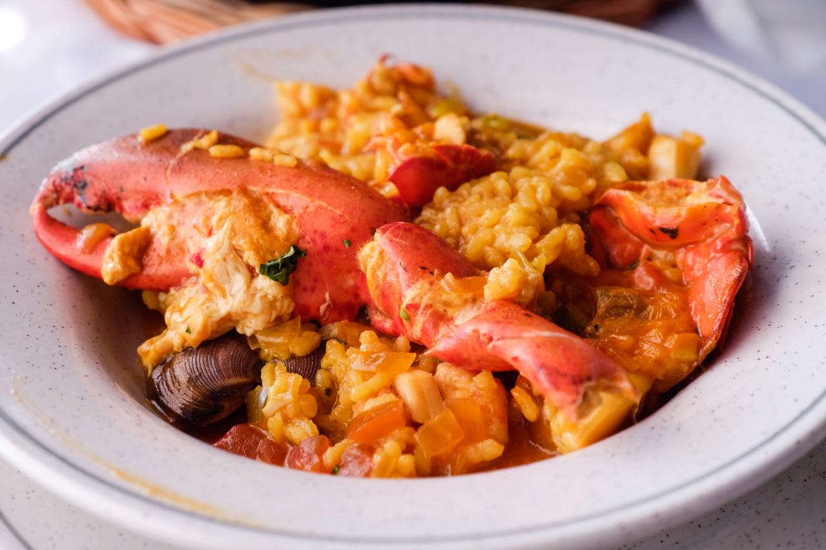 En El Golfo nos espera un arroz con bogavante en el restaurante 'Costa Azul'.