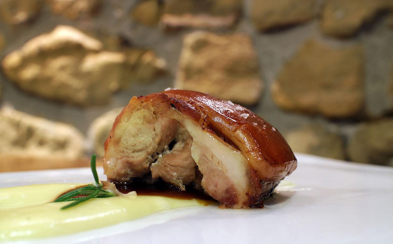 El cochinillo es una de las carnes con las que más trabajan en 'Zelai Txiki'