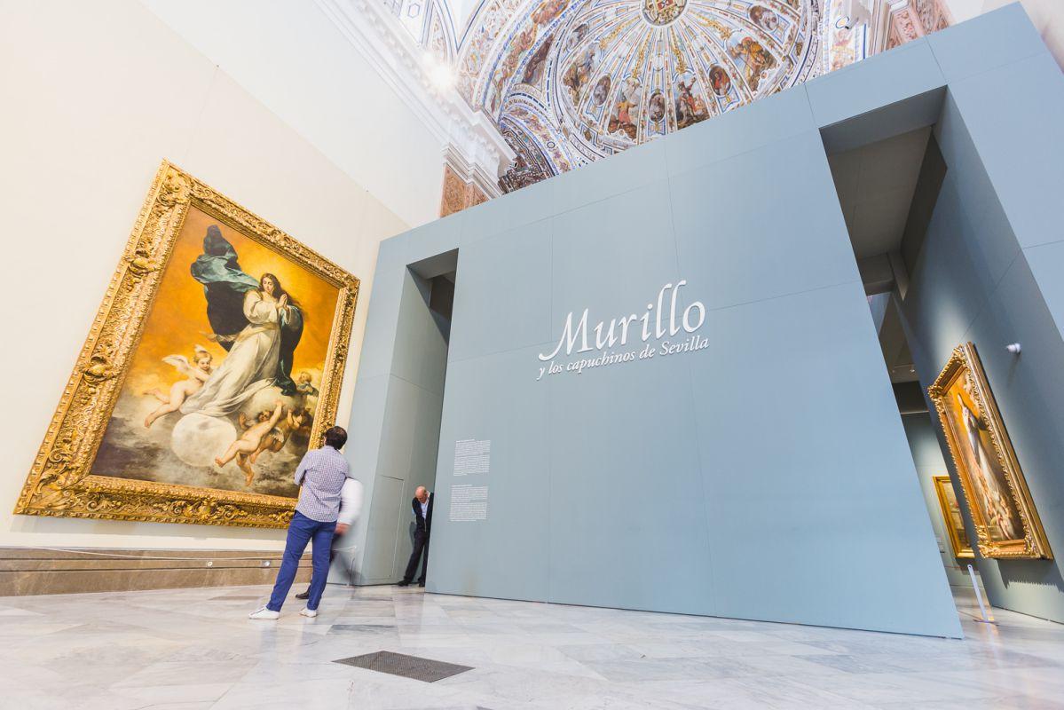 Un hombre observa una Inmaculada de Murillo en el Museo de Bellas Artes de Sevilla.