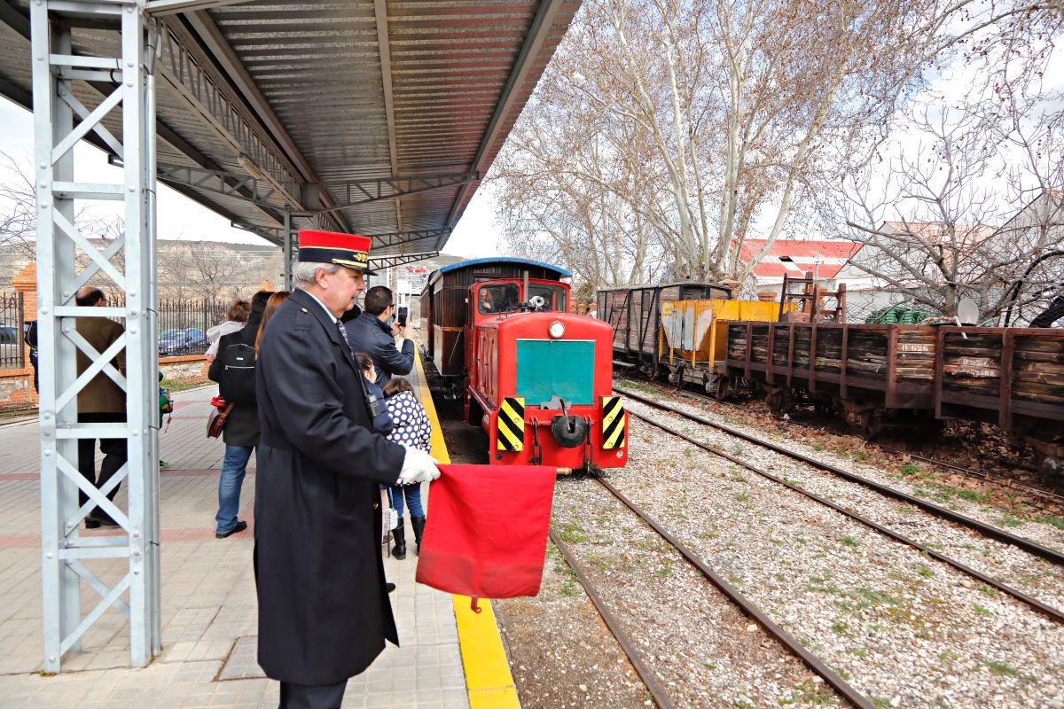 La bandera roja tiene muchos significados según cómo se utilice. Aquí, el tren debe detenerse.