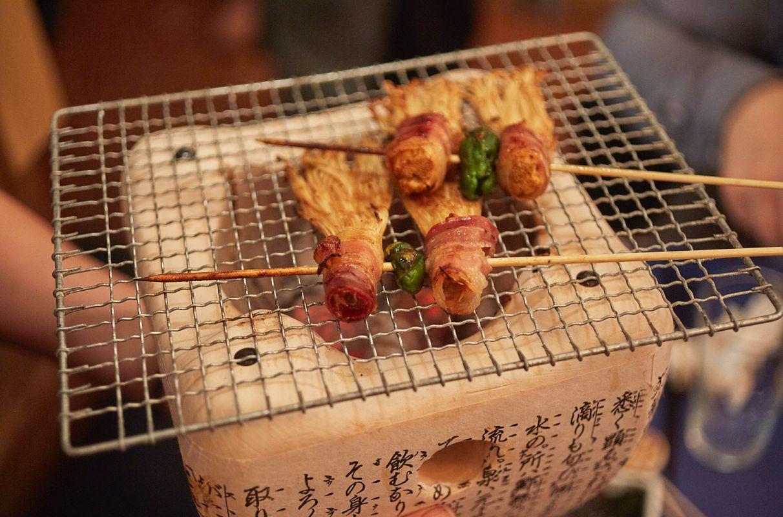 Sobre este recipiente con rejilla portátil se terminan de hacer las brochetas en el restaurante pop up del chef Aitor Olabegoya, en Poble Sec (Barcelona).