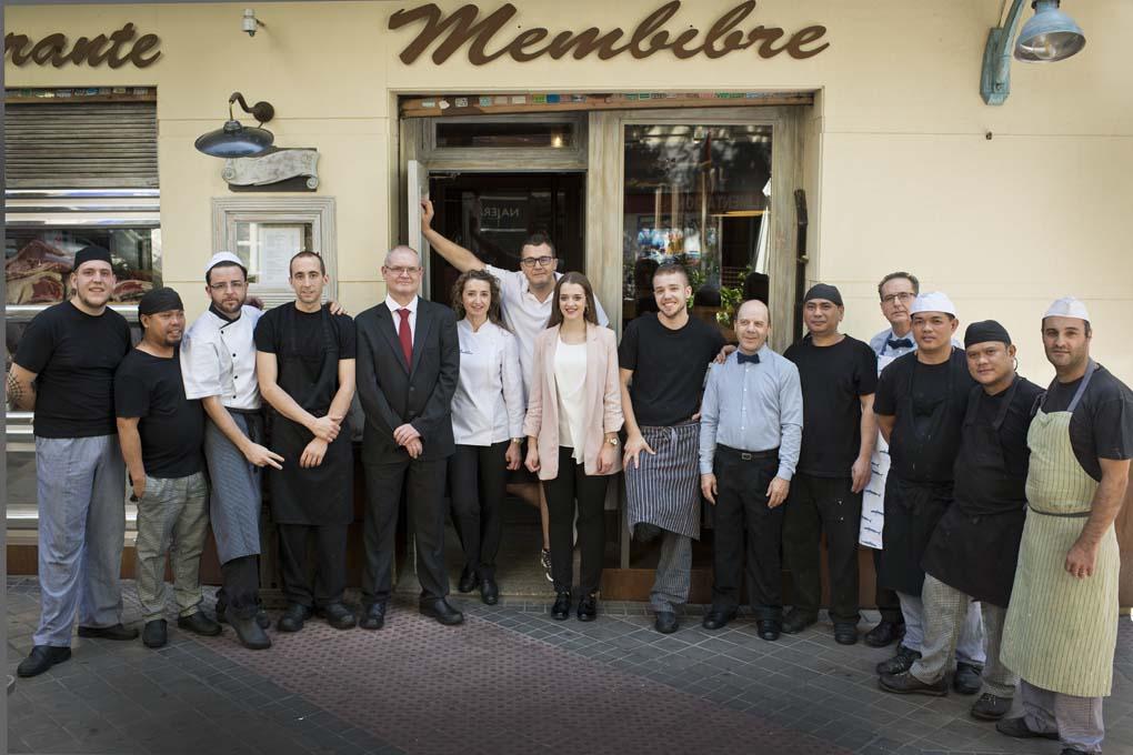 El equipo de 'Membibre' al completo a las puertas del restaurante.