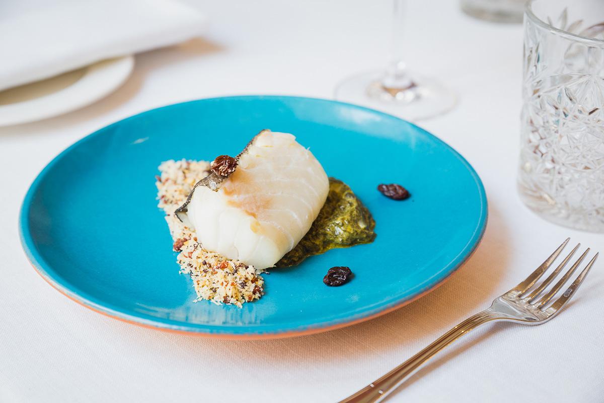 Bacalao sobre pan de ayer, espinacas y pasas del menú de 'La Taberna del Alabardero'.