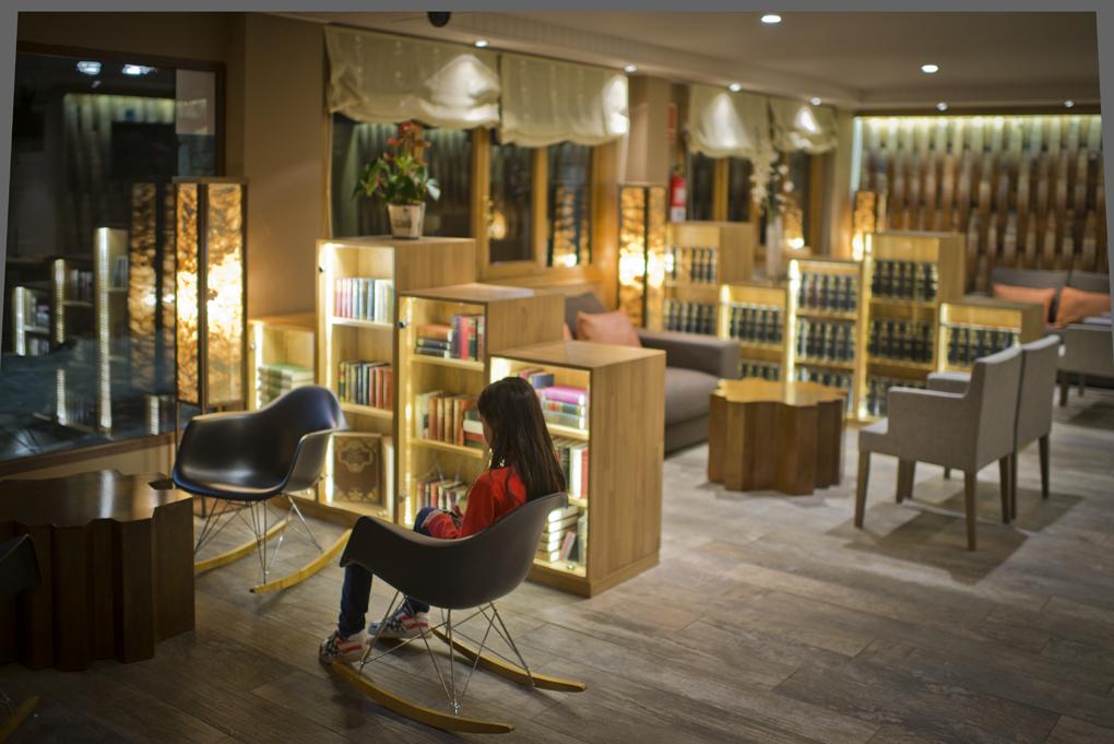 El salón del 'Hotel Pey', recientemente remodelado con una estética acogedora y moderna.