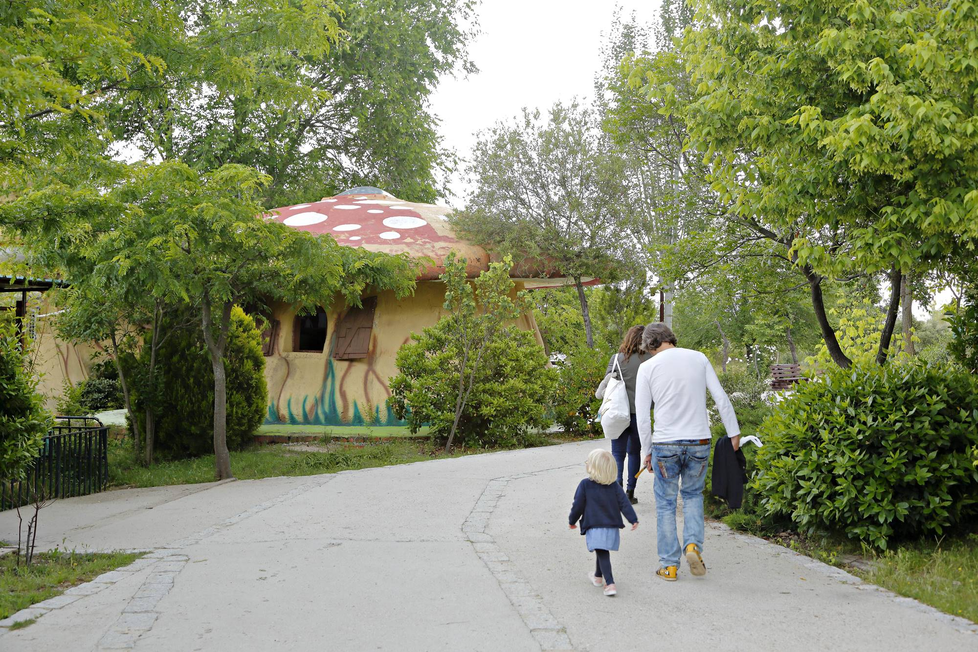 Los paseos de 'Giraluna', entre árboles y casetas de fantasía.