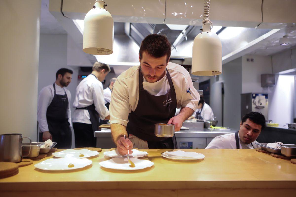 El equipo del restaurante Nerua emplatando en la cocina (Bilbao).