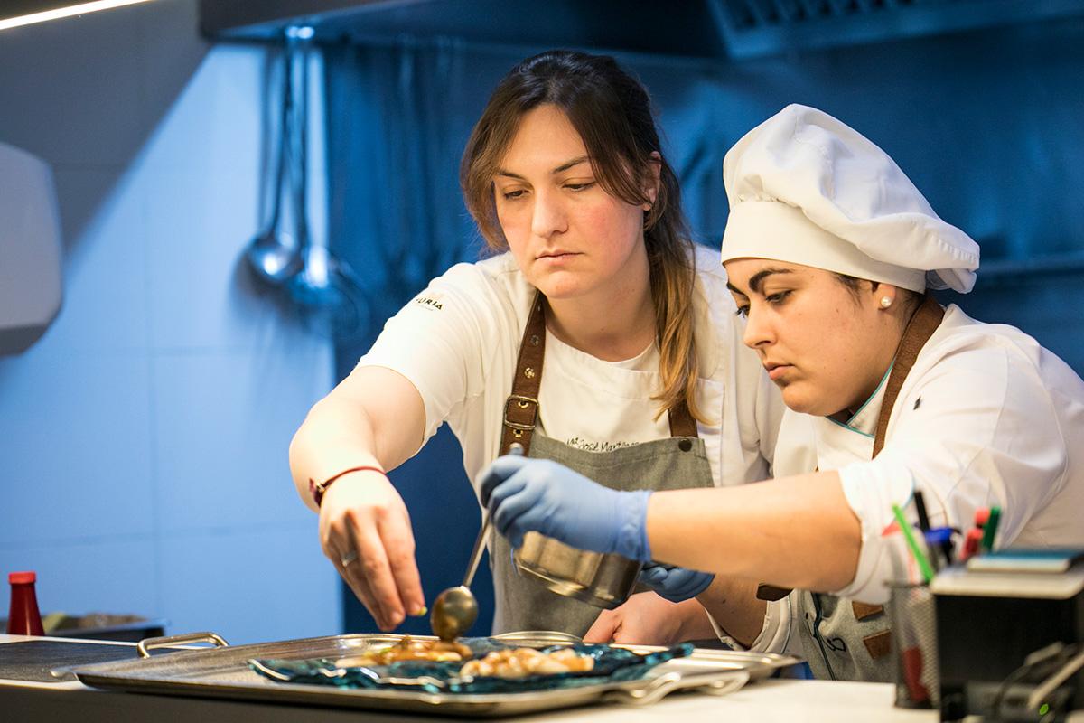 Ultimando un plato en la cocina. Foto: Eva Máñez